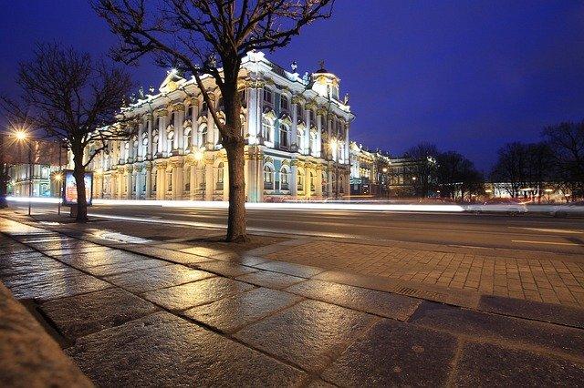 ulice, stromy, osvětlený palác