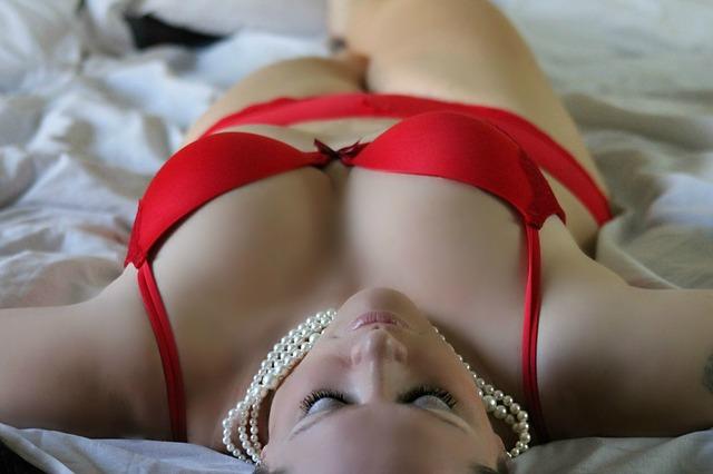 dívka v červeném prádle