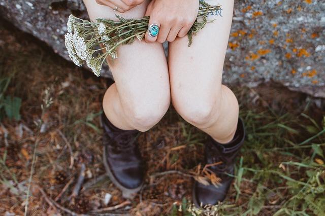 kolena ženy